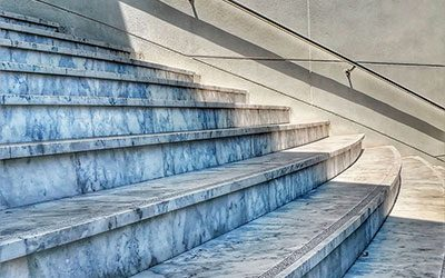 Мрамор, гранит, оникс: какой материал лучше использовать для изготовления ступеней для лестницы?